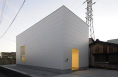 © Reisubroc Architects (We heard you, Hugo!) © Reisubroc Architects Who: Reisubroc Architects What: Single family residence Where: Yokkaichi City, Mie Prefecture, Japan When: August 2010 How: Two-story wood frame construction Site Area: square … Japanese Architecture, Amazing Architecture, Interior Architecture, Building Architecture, Arch House, Family Apartment, Narrow House, Micro House, Parametric Design