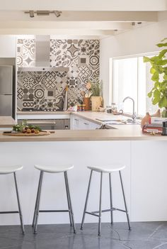 Love the interesting tiles featured in this kaboodle kitchen. This design also features macaroon doors and panels with a beautiful frosted oak benchtop. Galley Kitchen Design, Best Kitchen Designs, Kitchen Tiles, New Kitchen, Kitchen Dining, Kitchen Decor, Kitchen Benches, Kitchen Interior, Cool Kitchens