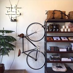 coffeentrees:  Another look at the @generalquarters shop-bike rigged with our Handlebar bag. The efficient use of space here is excellent. by tannergoods