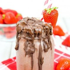 Healthy Chocolate Covered S. Popular Strawberry and Strawberry Banana Smoothie Recipes Many common smoothie recipes have something in ke Banana Yogurt Smoothie, Strawberry Blueberry Smoothie, Chocolate Banana Smoothie, Strawberry Drinks, Keto Smoothie Recipes, Yummy Smoothies, Decadent Chocolate, Healthy Chocolate, Starbucks Chocolate Smoothie Recipe