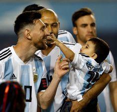 Tocando a Su Majestad pic.twitter.com/NbPnzayFeZ Leonel Messi, Messi Fans, Messi 10, Fc Barcelona, Messi Life, Uncle Leo, Lionel Messi Family, Cr7 Junior, Messi Argentina