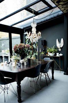 Une jolie pièce de vie aux couleurs sombres, mais baignée de lumière grâce à des fenêtres de toit. #DIYProjects