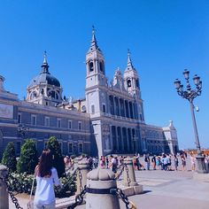 En action 📷 pour capturer cette magnifique place 💫  #Spaindayspft #Madrid #travel #stunning #place #vsco #potd #pftblog #instamoment #travelgram #architecture #palacioreal #traveler #trip