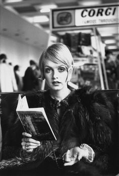 Vogue Paris is taking the opportunity to revisit the short haircuts that made history, from Twiggy and Halle Berry, to Linda Evangelista and Cameron Diaz. Ready to make the chop? Catherine Deneuve, Jean Shrimpton, Marianne Faithfull, Linda Evangelista, Estilo Twiggy, Tardis, 1960s Fashion, Vintage Fashion, Sporty Fashion