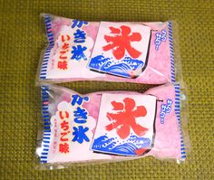 九州・沖縄で常識の袋入りかき氷が関東でも売っていた! 牛乳をぶっかけて食べるとやっぱりOCですッ!!