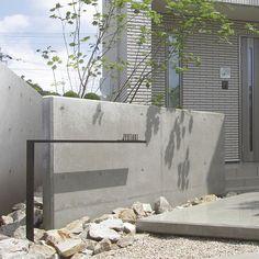 シンプルモダンを追求した究極のフレーム、「シンプルフレーム ファンクションユニット」 ファサード空間をシャープに間仕切ります。#オンリーワン #こだわりの家 #おしゃれな家 #こだわりの玄関 Entrance Signage, Entrance Design, Entrance Gates, Gate Design, Facade Design, Exterior Design, House Design, Landscape Walls, Landscape Design