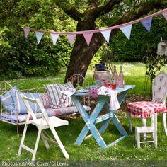 Für Sommerfeste können Möbel von drinnen nach draußen geholt werden. Die Gartengestaltung lebt bei sommerlichen Anlässen von Pastelltönen, Blumen und…