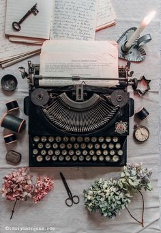 Autumnal Flatlay With Vintage Typewriter - The Villa on Mount Pleasant - Autumnal Flatlay With Vintage Typewriter Source by sonyazombiee Book Aesthetic, Aesthetic Vintage, Aesthetic Pictures, Kunstjournal Inspiration, Vintage Industrial Lighting, Vintage Typewriters, Vintage Suitcases, Vintage Luggage, New Wall