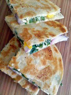 Quesadillas de queso crema con poblano, mango y cebolla morada - Pizca de Sabor
