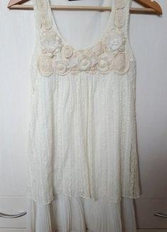 9e90ac5ef06 elegancka beżowo-biała sukienka z koronką i ozdobami Zara