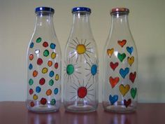 ECO-IDEAS RECICLAJE CONSCIENTE: PINTANDO BOTELLAS. Glass Bottle Crafts, Wine Bottle Art, Painted Wine Bottles, Painted Jars, Diy Bottle, Painted Wine Glasses, Glass Bottles, Painting Glass Jars, Glass Painting Designs