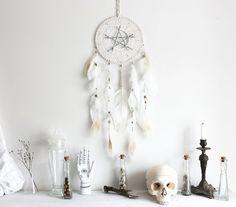 Magie Blanche . attrape-rêves blanc plumes de cygne, Swarovski & pentacle de bois .