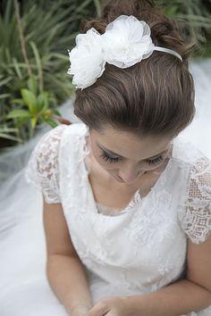 """Tiara Elen é uma das peças preferidas das noivas, em um penteado """"coque grego"""", faz um efeito incrível com aplique de 2 papoulas feitas em organza com pistilos de vidrilhos"""