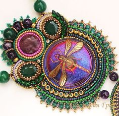Кулоны, подвески ручной работы. Ярмарка Мастеров - ручная работа. Купить Кулон Золотая стрекоза (аметист, лепидолит, зеленый). Handmade. Bead Embroidery Patterns, Beaded Embroidery, Beading Patterns, Beading Ideas, Soutache Jewelry, Beaded Jewelry, Unique Jewelry, Jewelry Ideas, Wire Wrapped Earrings