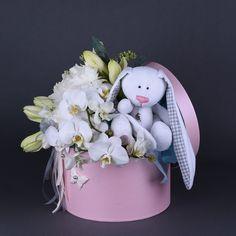 Купить цветочную композицию с игрушкой ручной работы белым зайцем Hat Box Flowers, Flower Box Gift, Candy Flowers, Balloon Flowers, Flower Boxes, Easter Tree Decorations, Baby Shower Decorations, Diy Gift Box, Diy Gifts
