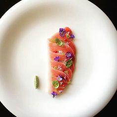 Atún graso / rosa-pimienta / flores comestibles / albahaca y aceite / wasabi.