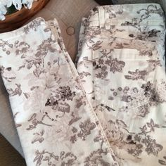 """Democracy Skinny Jeans Floral Print Really cute jeans for any occasion.  Very comfortable and inseam is approximately 28"""".  Cream and tan colors.  They hug your ankles.  Pre-loved!!  Slight low rise. Democracy Jeans Skinny"""