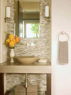 Banheiro em tons claros e com lindo revestimento de parede.