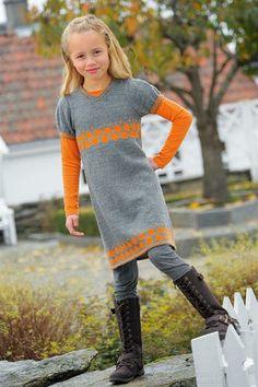 Sandnes Garn. Hefte: 1109 Mix Barn. Nr  14 - Kjole med oransje sirkler. Str 2 - 10 år.