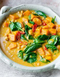 Curry z ciecierzycą, dynią i szpinakiem