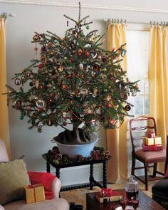 Albero di Natale con pigne colorate