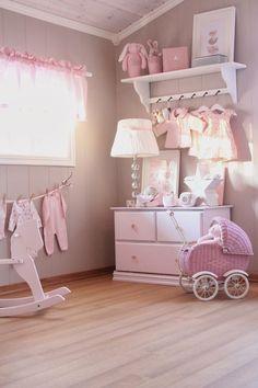 Une chambre bébé fille taupe et rose avec parquet pour un coin cocooning !
