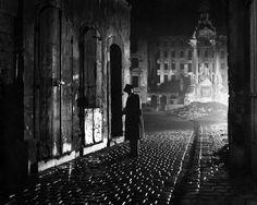 Still of Joseph Cotten in The Third Man (1949) http://www.movpins.com/dHQwMDQxOTU5/the-third-man-(1949)/still-1999096832