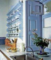 Η παραδοσιακή, ξύλινη πιατοθήκη προσθέτει στιλ στη σιέλ, ρομαντική κουζίνα, που γοητεύει χωρίς να υστερεί σε λειτουργικότητα και τάξη.