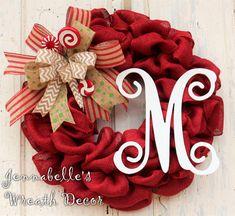 Guirnalda de la Navidad, guirnalda de arpillera roja, arco, caramelos, letra del monograma pintado de vid de lujo