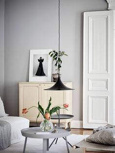 - Light grey walls with matching grey coffee table. Grey is a really good base for greenery in your house to pop - Scandinavian interior Nordic Interior Design, Contemporary Interior, Scandinavian Interior, Scandinavian Style, Living Room Inspiration, Interior Inspiration, Light Grey Walls, Ideas Hogar, Design Blogs