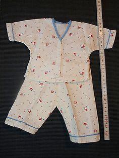 Huebscher-alter-Puppen-Schlafanzug-weissgrundig-mit-kleinem-Muster-BW-Flanell