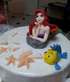 Parte dei decori torta Sirenetta tutto in pdz, uno dei miei primi decori su commissione