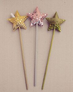 Do you have a toddler who loves playing pretend? These 5 DIY magical wands are great for playing princess or fairies. This is a great homemade gift idea for your child, who may love all the shimmer, glitter, and sparkle! for kids, 5 DIY MAGICAL WANDS Kids Crafts, Felt Crafts, Diy And Crafts, Magic Crafts, Homemade Gifts, Diy Gifts, Diy Projects To Try, Craft Projects, Star Wand