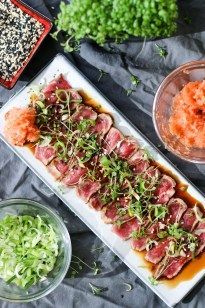 Beef tataki (Japanese Style Beef Carpaccio) is one of those dishes you use as a starter to impress your boss. It looks gorgeous and tastes amazing. This dish has the appearance of being complicated and difficult – while being neither! Meat Recipes, Asian Recipes, Cooking Recipes, Healthy Recipes, Ethnic Recipes, Beef Tataki, Tuna Tataki, Asia Food, Good Food