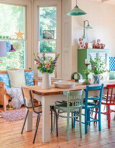 sala de jantar com cadeiras coloridas