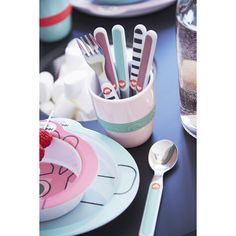 Qui est caché au fond du gobelet? Buvez et vous le découvrirez! Gobelet enfant rose en mélamine avec anneau de silicone, spécialement conçu pour les petites mains impatientes.