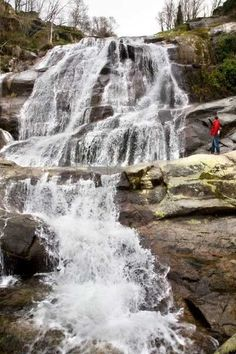 Cascada del Caozo, en el Valle del Jerte. Pretty Pictures, Cool Photos, Waterfall Fountain, Water Features, Nature Photos, Beautiful Places, Spain, To Go, Travel