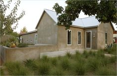 If just look at the appearance, the Barbara's weekend retreat is a rather ordinary house submerging among those rural houses in Marfa, but once entering Home Garden Images, Home And Garden, Future House, My House, Farm House, Belmont Hotel, Rural House, Open Space Living, Shed Homes