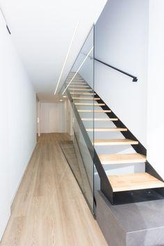 Chiralt Arquitectos ValenciaCastelló una vivienda estilo nórdico - Chiralt Arquitectos Sweet Home, Stairs, Valencia, Home Decor, Corner Shelves, Interior Stairs, Modern Stairs, Modern Interiors, House Beautiful