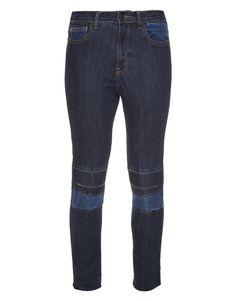 Um dos básicos do guarda-roupa, o jeans pode sair do lugar comum. A calça skinny tem recortes de denim com lavagens diferentes nos joelhos e bolsos, detalhes que atualizam a five pockets, um verdadeiro curinga em produções que pedem um twist cool. - Calça Skinny Jeans Yara Talie NK