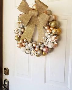 Jste kreativní, rádi vyrábíte a chcete ušetřit? Zkuste vlastnoručně vyrobené vánoční dekorace! Nápady na ty nejoriginálnější naleznete tady. Gold Christmas, Christmas Balls, Christmas Wreaths, Ball Ornaments, Ornament Wreath, Lounge, Larp, Rose Gold, Cosplay
