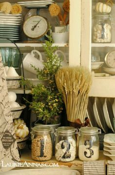 Traditional country kitchens are a design option that is often referred to as being timeless. Over the years, many people have found a traditional country kitchen design is just what they desire so they feel more at home in their kitchen. Cozinha Shabby Chic, Shabby Chic Stil, Country Kitchen Farmhouse, Farmhouse Chic, Farmhouse Kitchens, Country Homes, Vintage Farmhouse, Cottage Kitchens, Home Kitchens