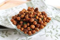These spicy cinnamon roasted chickpeas are a definite crowd-pleaser for parties and a delicious snack. paleo dessert for a crowd Slimming World Snacks, My Slimming World, Slimming World Recipes, Chickpea Recipes, Vegetarian Recipes, Healthy Recipes, Yummy Snacks, Healthy Snacks, Healthy Eating