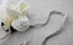 - Móbile coelhinho de trico com lacinho de fita de organza  - Cordinha trancinha de croche R$ 39,00