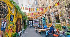 Berlin est reconnue comme étant une ville mondialement reconnue pour sa culture et son histoire. Ses rues colorées et rythmées en font un lieu incontournable pour tout le monde. Que vous soyez une noctambule ou une amoureuse du soleil, vous trouverez votre bonheur. Où bruncher à Berlin? Où faire son running à Berlin? Quel est le meilleur rooftop de Berlin? Manon, auteur du blog Génération Berlin et chanteuse du groupe Laisse-Moi nous révèle ses bonnes adresses. Prête à passer un séjour de…