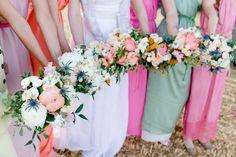 Ráda fotím páry, které se nebojí odlišit a prožít svůj den podle svých představ. Intimnísvatbu v přírodě, na oblíbeném místě – v lese, na louce, v kostelíku... Svatební šaty splývavé či vintages nádechem starorůžové či pudrové, svatbu s vůní čerstvě… Bridesmaid Dresses, Wedding Dresses, Farm Wedding, Portrait, Photos, Bouquet, Bohemian, Table Decorations, Bridal