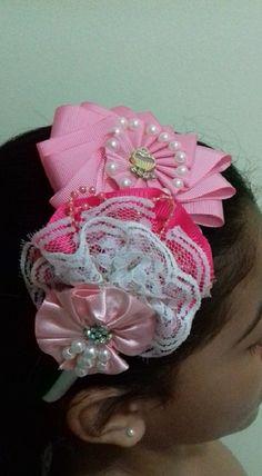 Tiara forrada. Flores confeccionadas com fita gorgurão e cetim Rosa/ Renda e aplicação de strass e pérolas. 1 em estoque.