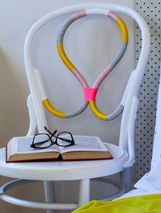 Não é preciso saber costurar para poder decorar a casa e alguns móveis com a ajuda de fios coloridos. Se você sempre quis fazer invencionices com a ajuda de rolos e mais rolos de fios, vem com a gente dar uma espiada nestas ideias! Todas são simples de fazer e extremamente eficazes na hora deLeia mais