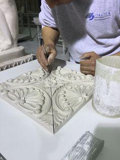 Trabajando en nuestra Fabrica Placa Decorativa de Escayola www.italicadecoraciones.com
