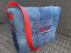 Besace Zip-Zip en jean à sangle rouge cousue par Dominique - Patron Sacôtin